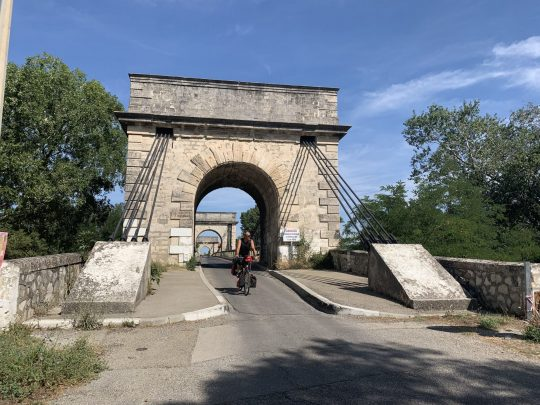 Fietsreis reisverslag viarhona dagboek Camargue hangbrug Trinquetaille