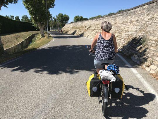 Fietsreis reisverslag viarhona dagboek Caderousse muur